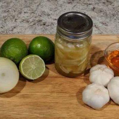 Jengibre rallado, cebolla, ajo, jugo de limón y miel. sistema inmune pum para arriba