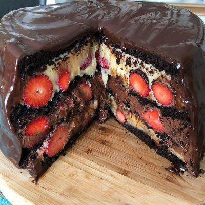 Torta húmeda de chocolate rellena con fresas y leche condensada