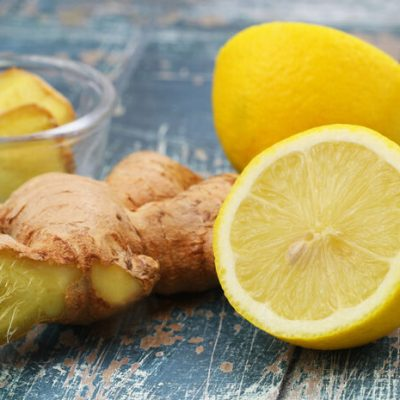 Se cura con Jengibre, dos limónes cortado en 4 pedazos y agua hirviendo.