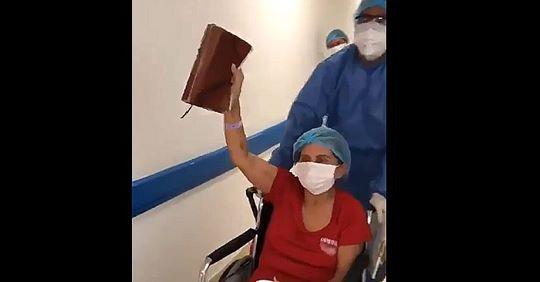 Mujer que vence el coronavirus, sale del hospital alabando a Dios y con su biblia en alto.