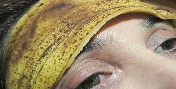 Se acostó con una cáscara de plátano en su frente. TIENES que probar este truco … es increíble!