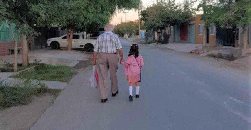 Madre no podía acompañarla a su primer día y el bisabuelo se vistió elegante para llevarla